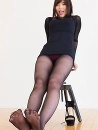Pantyhose-wearing secretary Aoi Shino takes off her sexy shoes to tease you